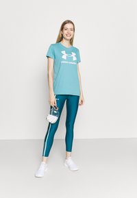 Under Armour - LIVE SPORTSTYLE GRAPHIC - T-shirts med print - cosmos - 1