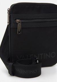 Valentino Bags - KYLO CROSSBAG UNISEX - Taška spříčným popruhem - nero - 3