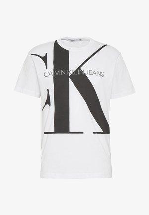 UPSCALE MONOGRAM LOGO REGULAR TEE - T-shirt z nadrukiem - bright white