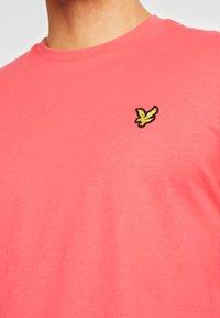 Lyle & Scott - T-shirt - bas - geranium pink - 5