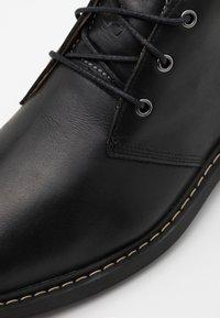 Timberland - BELANGER CHUKKA - Volnočasové šněrovací boty - black - 5