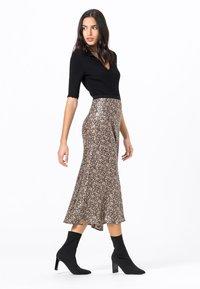 HALLHUBER - MIT MILLEFLEURS-PRINT - A-line skirt - schwarz - 3