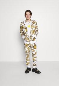 Versace Jeans Couture - PRINT REGALIA BAROQUE - Verryttelyhousut - bianco/gold - 5
