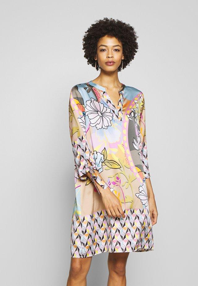 DRESS PRAHIC FLOWERS - Korte jurk - cement