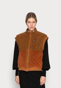 Résumé - GERTA VEST - Waistcoat - brown - 0