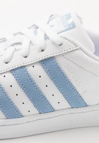 adidas Originals - SUPERSTAR - Sneakers laag - footwear white/glow blue - 5