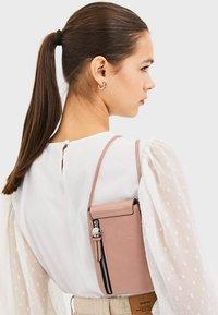 Stradivarius - SMARTPHONE-UMHÄNGETASCHE 00568001 - Across body bag - pink - 2