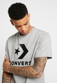 Converse - STAR CHEVRON TEE - Print T-shirt - mottled light grey - 3