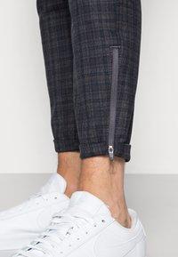 Gabba - PISA REDUE PANTS - Trousers - grey check - 4