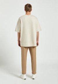 PULL&BEAR - Basic T-shirt - off-white - 2