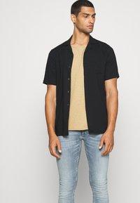 Nudie Jeans - ROGER - Camiseta básica - beige - 4