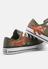 Converse - CHUCK TAYLOR ALL STAR DINO DAZE UNISEX - Sneakers basse - field surplus/light field surplus/fire pit - 5