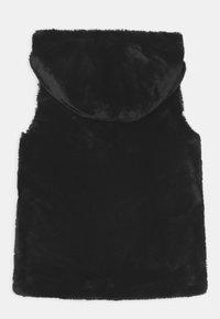 Guess - JUNIOR FAUX FUR HOODED - Waistcoat - schwarz - 1