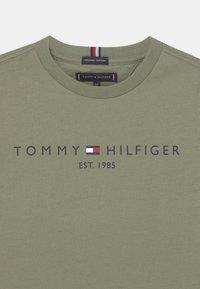 Tommy Hilfiger - ESSENTIAL LOGO UNISEX - T-shirt con stampa - spring olive - 2
