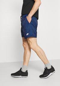 Nike Sportswear - FLOW GRID - Short - game royal/game royal/white - 3