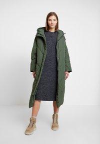 Monki - MALVA DRESS - Pletené šaty - grey dark unique - 2