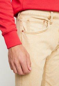 Levi's® - 512™ SLIM TAPER FIT - Slim fit -farkut - desert boots stonewash - 3
