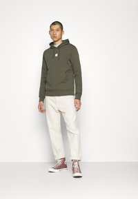 The North Face - GRAPHIC HOOD - Bluza z kapturem - new taupe green - 1