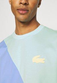 Lacoste LIVE - UNISEX - Print T-shirt - syringa/nattier blue - 4