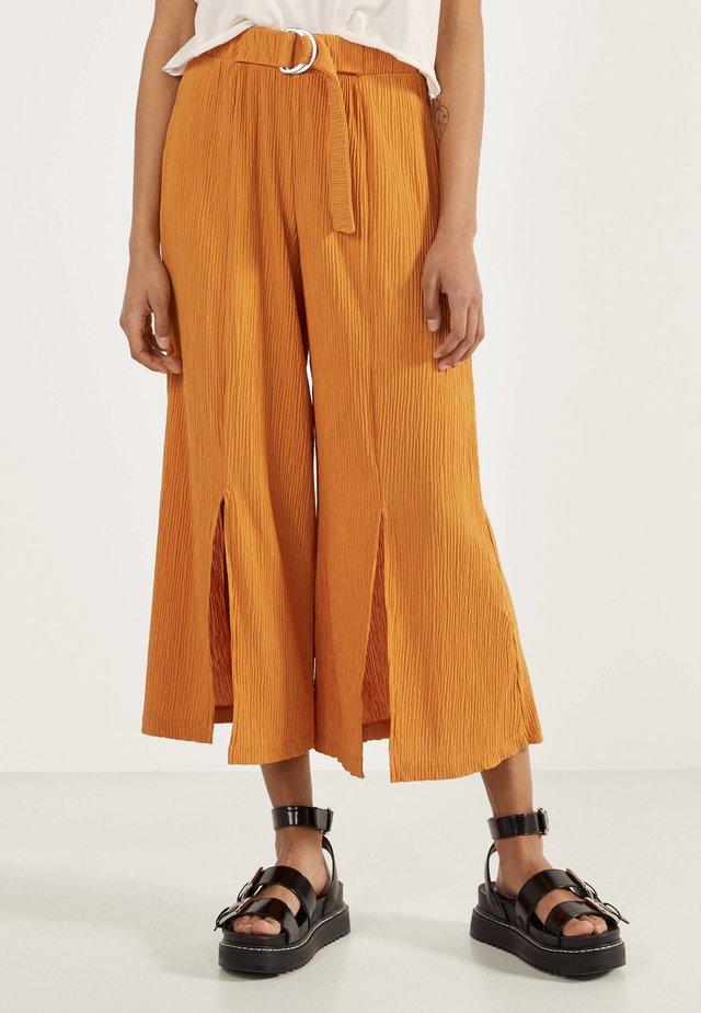 MIT WEITEM BEIN - Pantalon classique - yellow