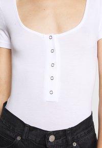 Missguided - POPPER SHORT SLEEVE BODYSUIT 2 PACK  - T-shirt basique - gold fusion/white - 6