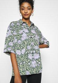 Monki - TAMRA BLOUSE - Button-down blouse - green ellisflower - 3
