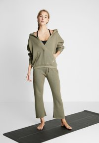 Free People - FP MOVEMENT REYES SWEAT PANT - Träningsbyxor - army - 1