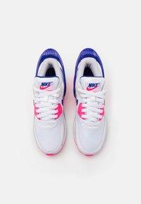 Nike Sportswear - AIR MAX 90 FLYEASE  UNISEX - Tenisky - white/concord/pink glow/zen grey - 3