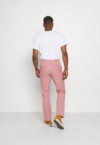 Mennace - ON THE RUN STRAIGHT LEG TAILORED TROUSER - Trousers - pink - 2