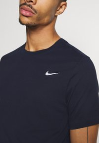 Nike Performance - DRY TEE CREW SOLID - Camiseta básica - obsidian/matte silver - 5