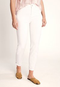 comma casual identity - 7/8-LÄNGE - Slim fit jeans - white - 0