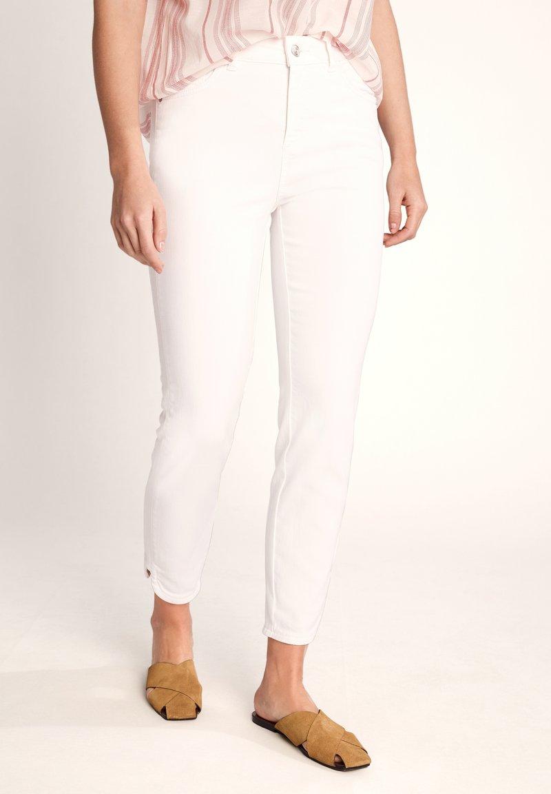 comma casual identity - 7/8-LÄNGE - Slim fit jeans - white