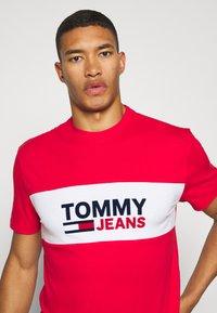 Tommy Jeans - PIECED BAND LOGO TEE - T-shirt z nadrukiem - deep crimson - 3