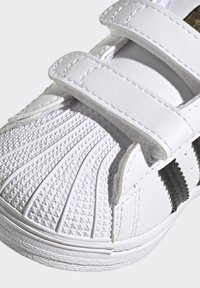 adidas Originals - SUPERSTAR SHOES - Sneakers laag - ftwr white/core black/gold met. - 8