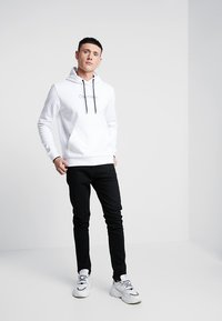 Calvin Klein - FRONT LOGO TIPPING HOODIE - Hoodie - white - 1
