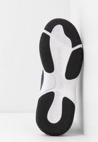 Calvin Klein Jeans - MAYA - Sneakers laag - white/navy - 6