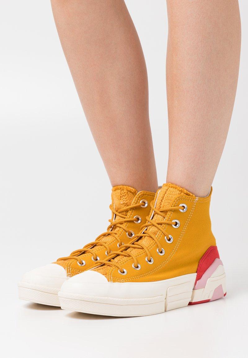 Converse - CPX70 CABLE  - Zapatillas altas - saffron yellow/university red/egret