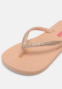 Ipanema - KIDS - Sandály s odděleným palcem - light pink/rose - 5