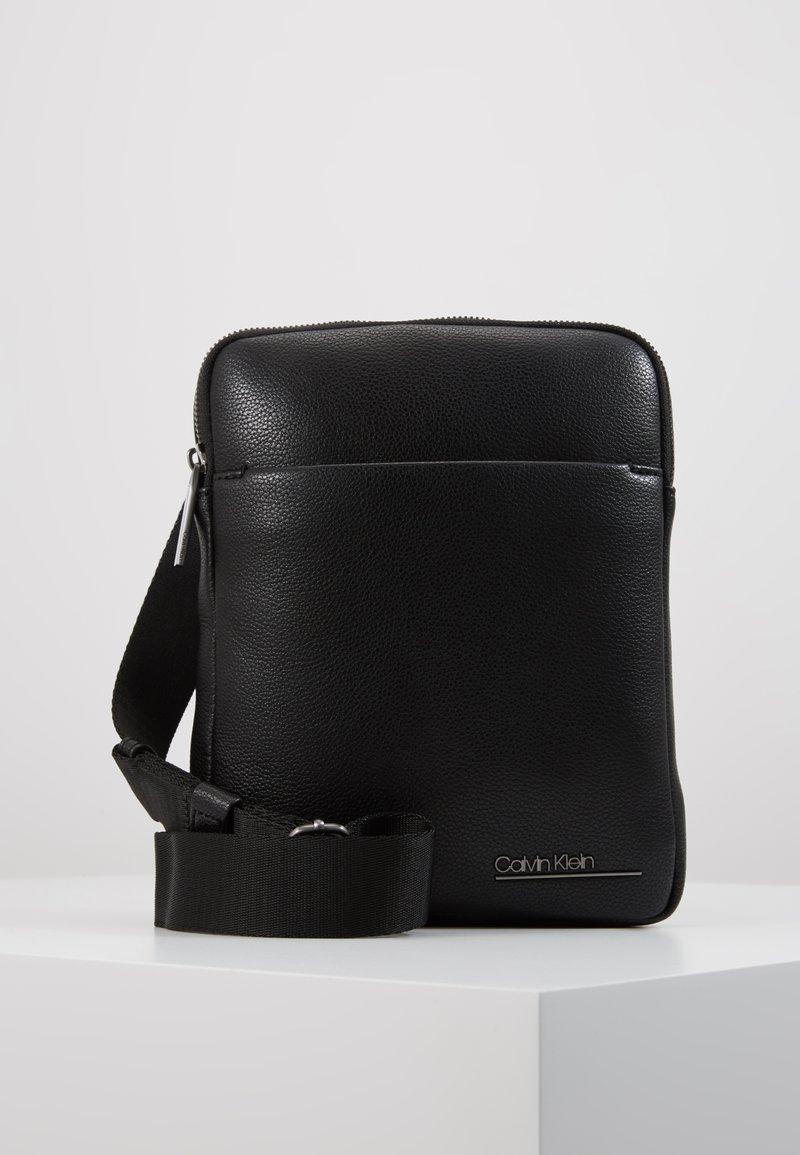 Calvin Klein - CK BOMBE' FLAT CROSSOVER - Sac bandoulière - black