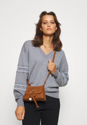 JOAN SMALL - Handbag - caramello