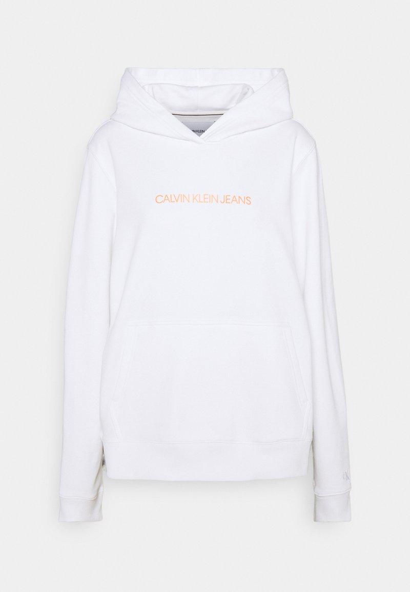 Calvin Klein Jeans - SHRUNKEN INSTITUTIONAL - Sweat à capuche - bright white/shocking orange