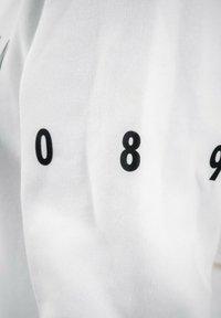 PLUSVIERNEUN - MÜNCHEN - Sweatshirt - white - 9