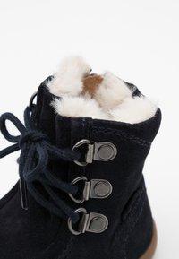 Kickers - BAMARA - Šněrovací kotníkové boty - marine - 5