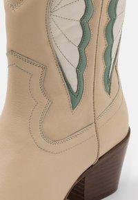 Bronx - JUKESON - Cowboy/Biker boots - camel/sage green - 5