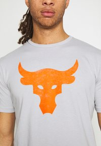 Under Armour - ROCK BRAHMA BULL - Print T-shirt - mod gray - 5