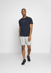 Champion - TIRE CREWNECK - T-shirts med print - dark blue - 1