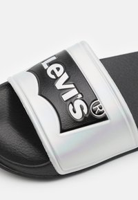Levi's® - POOL 02 UNISEX - Matalakantaiset pistokkaat - black/metallic silver - 5