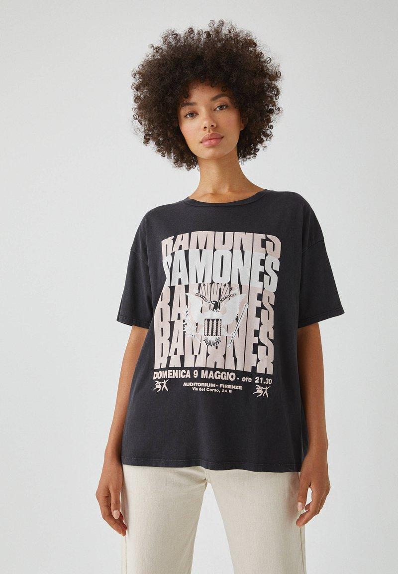 PULL&BEAR - MIT RAMONES-POSTER - Print T-shirt - dark grey