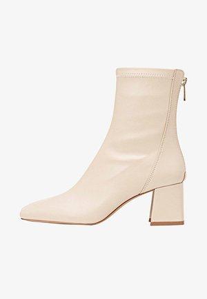 MIT HALBHOHEM ABSATZ - Kotníkové boty - off-white