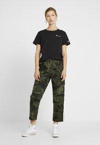 Champion Reverse Weave - SMAL SCRIPT CREWNECK  - Print T-shirt - black - 1